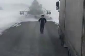 Imagini inedite. Tara unde un elicopter militar a aterizat pe o sosea iar pilotul a cerut indicatii de la un sofer de camion