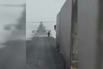 Scene incredibile, filmate in Kazahstan. Un elicopter militar a aterizat in mijlocul strazii fiindca pilotul se ratacise