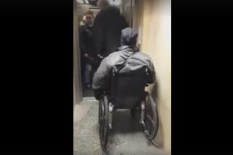Imagini surprinse la metrou. Cate persoane ii dau prioritate unui barbat in scaun cu rotile care vrea sa urce in lift. VIDEO