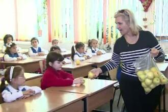 Noul semestru scolar a inceput cu o veste proasta pentru elevii din Timis. La pranz vor primi doar biscuiti si mar
