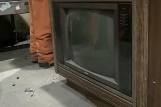 Comoara aruncata la gunoi. Ce a descoperit un muncitor intr-un televizor vechi, abandonat la un centru de reciclare