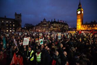 Mii de oameni au iesit sa protesteze in Londra si mai multe orase din Marea Britanie impotriva vizitei lui Trump.