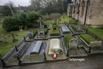 Un barbat si-a legat fetita de doi ani si a abandonat-o intr-un cimitir. Motivul pentru care a facut acest gest socant. FOTO