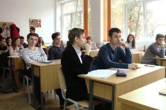 Elevii romani opteaza pentru universitati straine din cauza lipsei cursurilor practice din tara.