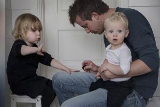 Tatii care si-au luat concediu paternal pentru a avea grija de copiii lor.