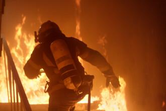 Incendiu puternic la un complex de locuinţe din Reşiţa. Cinci persoane au fost evacuate