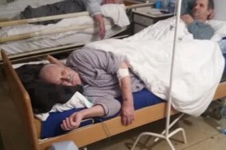 Pacienți îngrămădiți în același pat, într-un spital din Bârlad. Scuza găsită de managerul clinicii