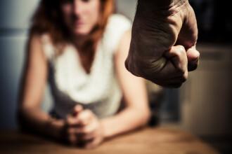 Femeie obligată să plătească daune morale, după ce și-a acuzat vecinul la nervi că își bate soția