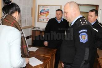 Un bătrân a găsit un teanc de bani într-un bazar din Suceava și i-a predat unui polițist