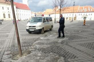 Dubă de poliţie, filmată oprind în faţa agenţiei Loto din centrul Sibiului. Ce