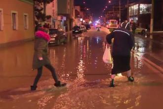 Inundații pe străzile din Târgu Jiu, după ce o conductă reparată anul trecut s-a spart