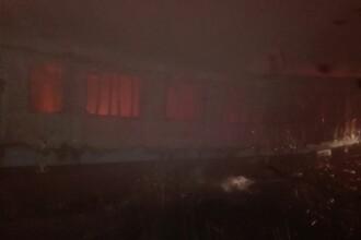 Doi soţi din Bacău au rămas pe drumuri, după ce casa în care stăteau a luat foc