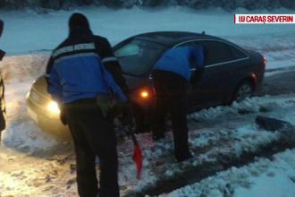 Patru turiști, rămași înzăpeziți cu mașina, salvați de jandarmii montani