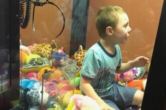 Un copil a fost salvat de pompieri, după ce a rămas blocat într-un automat cu jucării