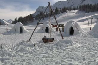 Turiști atrași cu un sat cu igluuri într-o stațiune montană din Italia. Prețul unei excursii