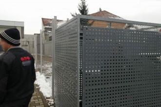 Femeie închisă într-o cușcă de paznicii unui supermarket din Satu Mare. Explicația lor