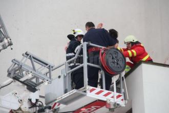 Dezamăgit în dragoste, un tânăr s-a urcat dezbrăcat pe Catedrala Suceava și a ameninţat că se sinucide