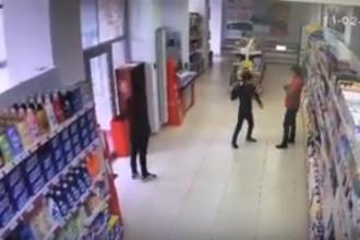 Un puști de 12 ani, prins la furat în magazin, amenință vânzătoarea cu o sticlă. IMAGINI șocante