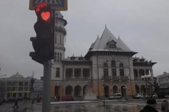 Peste 100 de semafoare dintr-un oraş din România luminează în formă de inimă, la culoarea roşie