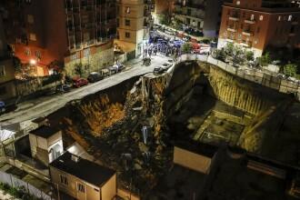 7 maşini înghiţite de o groapă uriaşă, în Roma. Blocurile din zonă, evacuate