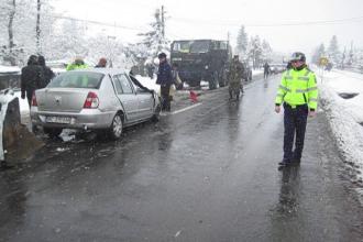 Un autoturism s-a izbit frontal cu un camion militar: 2 răniți. VIDEO