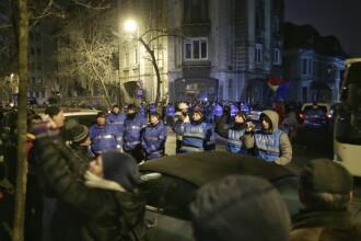 Câteva zeci de persoane au protestat în faţa DNA, cerând demisia Codruţei Kovesi