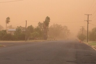 """O furtună de nisip a """"înghițit"""" un oraş din Australia."""