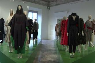 Expoziție de modă spectaculoasă din anii '70, '80 şi '90 la Milano