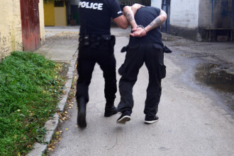 Poliţist arestat după ce a fost prins furând ţigări dintr-un transport cu tutun de contrabandă