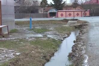 La doi paşi de Bucureşti, o comună nu are canalizare, deşi ţevile sunt montate.