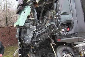 Accident cu semne de întrebare în Dâmboviţa. O autocisternă, un TIR şi o altă maşină s-au ciocnit