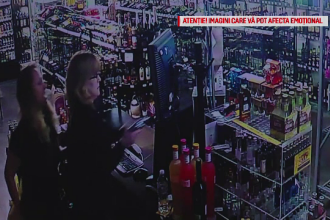 Momentul când un hoț este împușcat într-un magazin de două vânzătoare