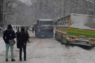 Autobuz plin cu elevi, în șant din cauza condițiilor meteo nefavorabile