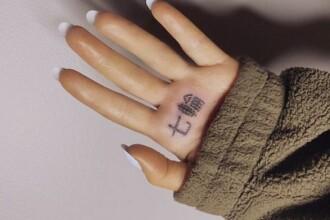 Ariana Grande, ținta glumelor. Ce înseamnă de fapt în japoneză tatuajul făcut pe palmă