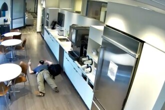 Motivul pentru care un bărbat a aruncat gheață pe jos și a simulat o căzătură. VIDEO