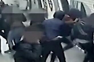 Bărbat snopit în bătaie la metrou de un grup de tineri, printre care şi o fată. VIDEO şocant