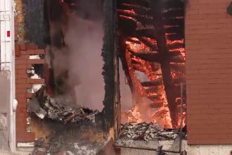 Incendiu violent într-o zonă fără hidranți. Proprietara a făcut atac de panică