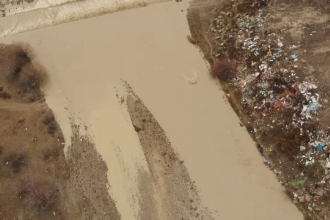 Imagini surprinse din dronă cu râuri pline de gunoaie.