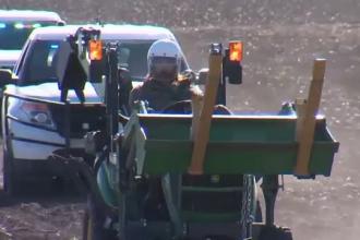 Fugar într-un tractor, urmărit de poliție. Scene de cascadorii râsului. VIDEO