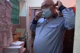 Funcţionarii publici din Olt nu vor să poarte măşti care să îi protejeze de gripă. Reacţia când au văzut camera de filmat