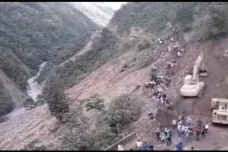 Momentul în care pământul o ia la vale când zeci de oameni traversau versantul