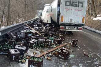 Zeci de lăzi cu bere distruse, în urma unui accident pe DN 1A. FOTO