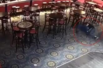 Momentul în care un om de afaceri este ucis de un barman într-un bar. VIDEO