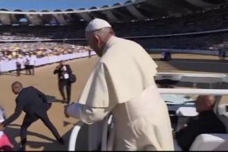 """O fetiță a trecut de poliție și a fugit spre Papa Francisc: """"Vai de soțul ei!"""