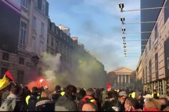 """Gaze lacrimogene la protestul comun din Paris al sindicatelor și """"vestelor galbene"""""""