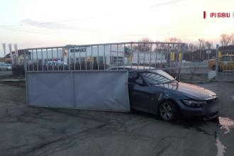 Supărat că ceilalți mergeau prea încet, un șofer a depășit coloana și a intrat într-o poartă