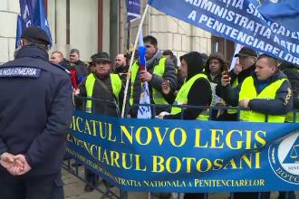 Sindicaliştii din poliţie şi penitenciare continuă protestele în faţa Parlamentului