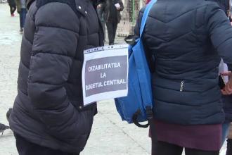 Românii care au rude cu handicap au ieșit în stradă, disperați că li se taie veniturile