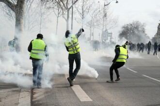 Un protestatar din Vestele Galbene a rămas fără mână, în timpul ciocnirilor cu poliţia