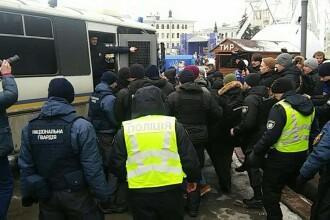 Secţie de poliţie luată cu asalt, în Kiev. Bătălie între activişti şi agenţi. VIDEO